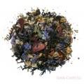 чай с клубникой и цветками